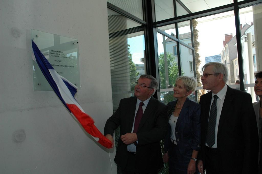 Dévoilement de la plaque par Monsieur le Garde des Sceaux en présence de Madame la Directrice de l'Ecole et de Monsieur GASCHARD, Premier Président de la Cour d'appel de Dijon