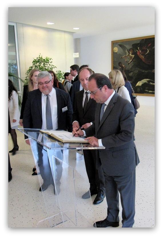 Le Président de la République signant le livre d'or de l'ENG - 7 octobre 2016