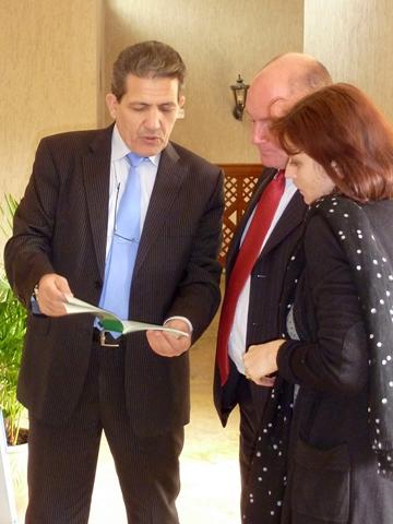 De gauche à droite (photo de droite) : Abderrafi EROUIHANE, Directeur de la formation des secrétaires greffiers de l'ISM, Jean-Michel BOURLES, magistrat de liaison français au Maroc, et Isabelle POINSO, Chef du département international de l'ENM © ISM