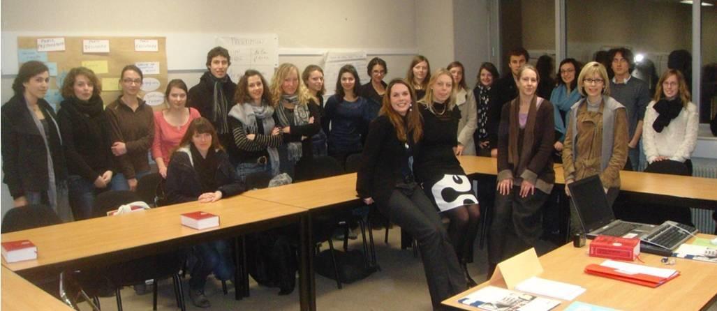 Au second rang, les élèves post-bac du lycée Gustave EIFFEL / au premier rang, de gauche à droite : Mlle MERCIER, Mlle ERHARD, Mme LIGER DOLY et Mme CÔTE