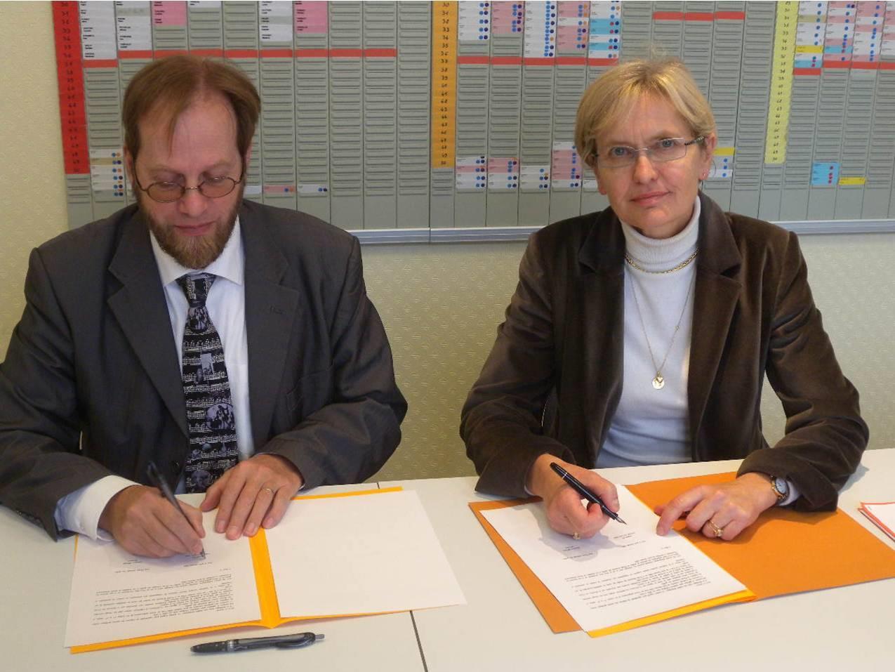 Signature de la convention par Madame LIOTARD et Monsieur GEY